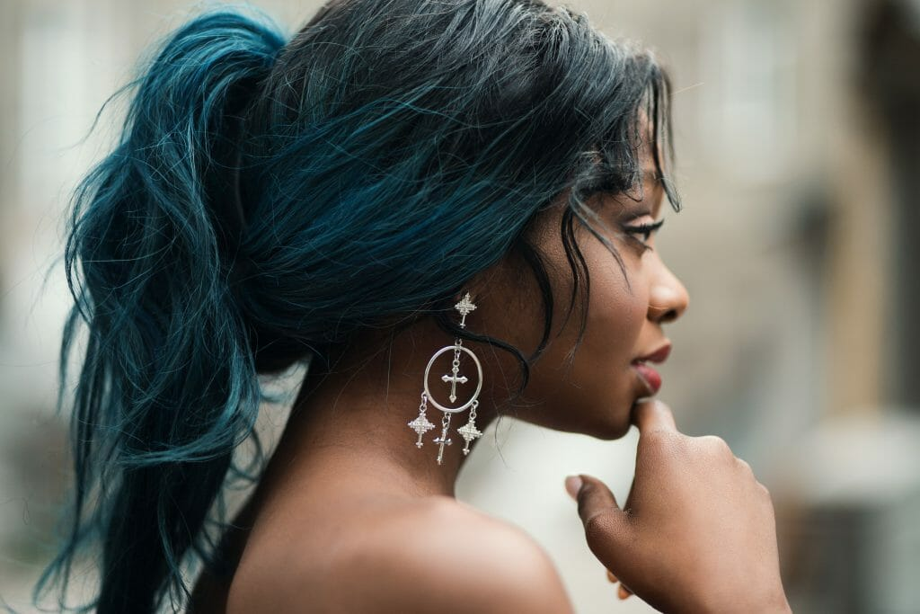 woman with blue hair on a ponytail